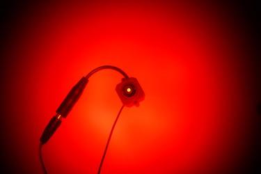 Вид на камеру видеонаблюдения через окно объектива обнаружителя BugHunter Dvideo